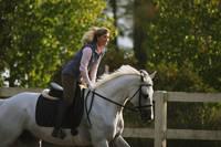乗馬を楽しむ女性