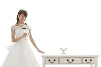 ブーケを持つウエディングドレス姿の日本人女性
