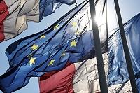 フランス国旗とEUの旗