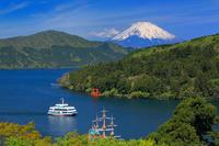 神奈川県 残雪の富士山と芦ノ湖の遊覧船