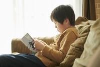 漫画を読む日本人の男の子