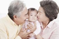 赤ちゃんと祖父母