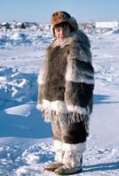 カナダ イカルイト 毛皮を着たイヌイット少年