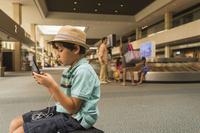 スマートフォンを見る子供