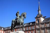 スペイン マドリッド マヨール広場 フェリペ三世騎馬像とカサ...