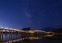 青森県 津軽富士見湖 鶴の舞橋と天の川