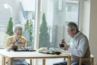 食事を摂る老夫婦