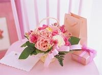 プレゼントとバラのアレンジメント