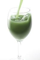 注ぐ緑の野菜ジュース