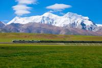 中国 チベット ニンチェンタンラ山(7162m)の麓を走る青蔵鉄道