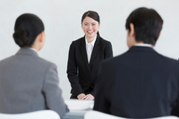 面接を受ける日本人女性