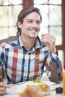 カフェで食事を楽しむ中年外国人男性