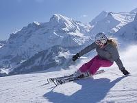 スイス スキーをする外国人女性