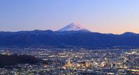 山梨県 夕暮れの富士山と甲府盆地の街明かり