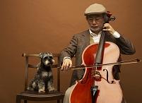 チェロを弾く男性とミニチュアシュナウザー