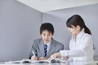 先生と個別で勉強する男子中学生