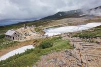 北海道 雪の残る夏の旭岳と石室