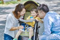 ベビーカーに乗る息子と両親