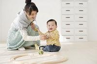 リビングで遊ぶ赤ちゃんとお母さん