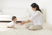 リビングでくつろぐお母さんと赤ちゃん
