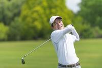 ゴルフをする日本人のミドル男性