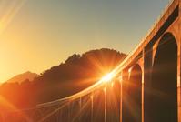 長野県 上田市 夕日に輝く上田ローマン橋と垣間見える太郎山