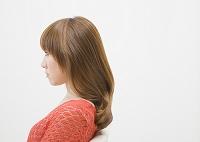 横向きの若い日本人女性