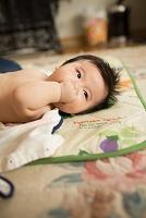 横になる日本人の赤ちゃん