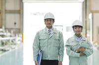 工場で働く日本人作業員