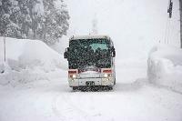 豪雪の様子 雪で視界の悪い道路 新潟県 十日町市