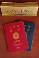日本のパスポートと受付サイン