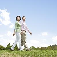 散歩する日本人夫婦