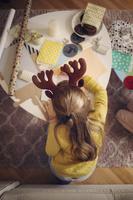 クリスマスの工作をする子供