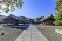 福岡県 宗像大社 手水(左)と神門(中央奥)と祓舎(右)