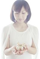 プレゼントボックスを持つ日本人女性