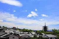 京都府 八坂の塔が見える町並みと夏の空