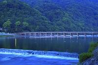 京都府 嵐山 夜明けの渡月橋と桂川