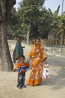 バングラデシュ・パハルプール サリーの女性と子供