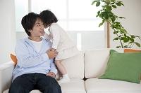 ソファに座る父と娘