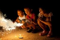 花火を楽しむ日本人の子供