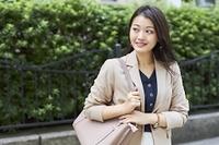 通勤する日本人ビジネスウーマン