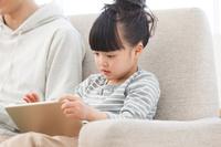iPadを見ている女の子