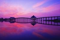 青森県 津軽富士見湖 鶴の舞橋の朝焼け