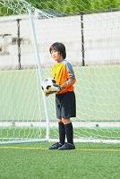 ゴールキーパーをするサッカー少年
