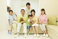 リビングでくつろぐ日本人の三世代家族と犬