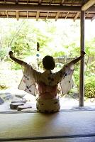 バンザイをする浴衣の女性