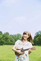 ウクレレを弾く日本人女性