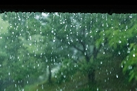 梅雨 雨どいから落ちる雫