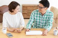 資料を見ながら相談する日本人夫婦