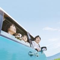 車から外を眺める日本人家族
